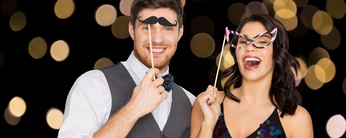 Szczęśliwa para robiąca sobie selfie przy użyciu fotolustra